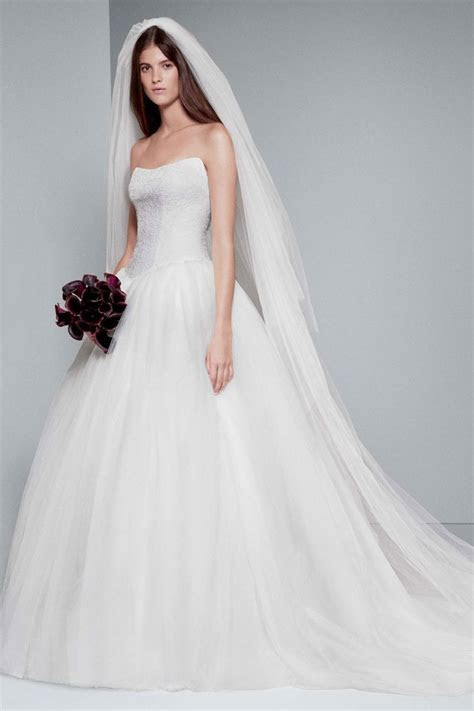 We love this gorgeous Vera Wang dress complimented with