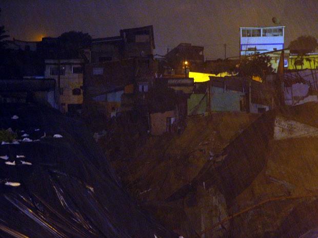 Chuva caiu forte durante a madrugada desta segunda (23), causando novo deslizamento de terra  (Foto: Wallace Araújo/G1)