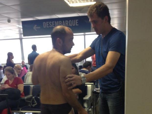 Homem tentou ser contido por um amigo, também croata (Foto: Gilberto Leda/O Estado)