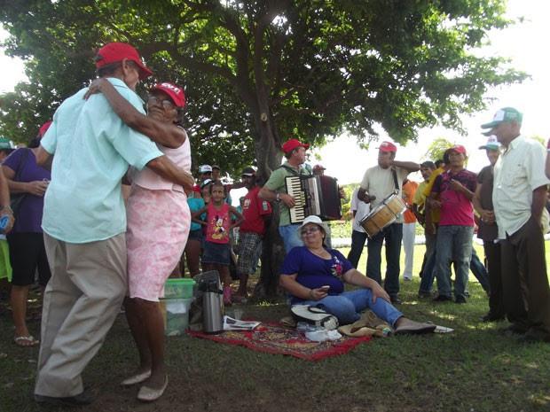 Pedro Januário e Teresinha Rodrigues, de 71 e 68, dançaram ao som da sanfona (Foto: Igor Jácome/G1)