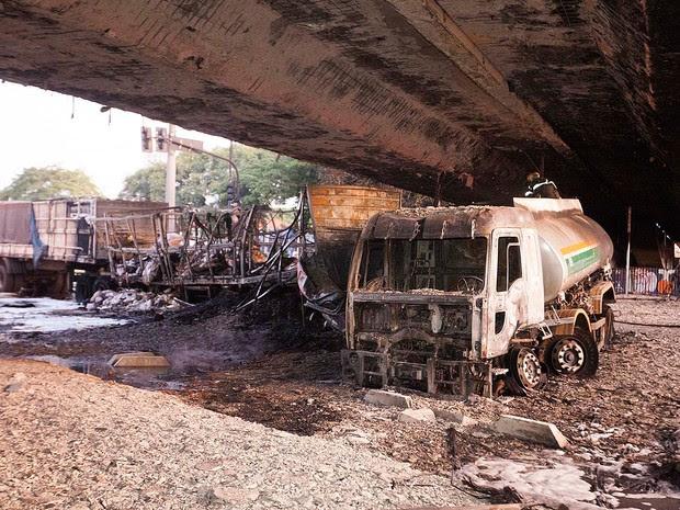 Acidente envolvendo dois caminhões, um deles um caminhão-tanque carregado com óleo diesel, na Avenida Bandeirantes, na zona sul de São Paulo, causou uma explosão na madrugada deste sábado (13) (Foto: Mario Ângelo/SigmaPress/Estadão Conteúdo)