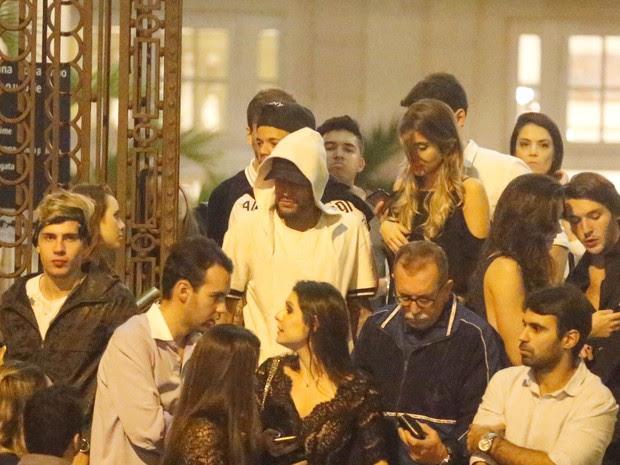 Neymar com amigos em festa na Zona Sul do Rio (Foto: Webert Belicio/ Ag. News)