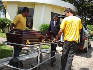 Corpo de Walmor Chagas chega a cemitério em São José dos Campos (Foto: Renato Ferezim/G1)