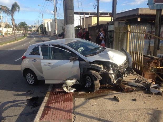 Carro bateu em garagem na Fernando Ferrari, em Vitória (Foto: Sérgio Lugon/ Leitor A Gazeta)