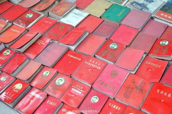 오래된 마오쩌뚱의 어록이 담긴 수첩도 팔고있다.