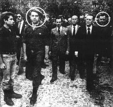 O presidente da Frente de la Juventud, José de las Heras (primeiro à direita), ao lado de Blas Piñar, ex-líder da Fuerza Nueva. A fotografia foi feita em um evento organizado pela Fuerza Nueva em Paracuellos del Jarama (Madri).
