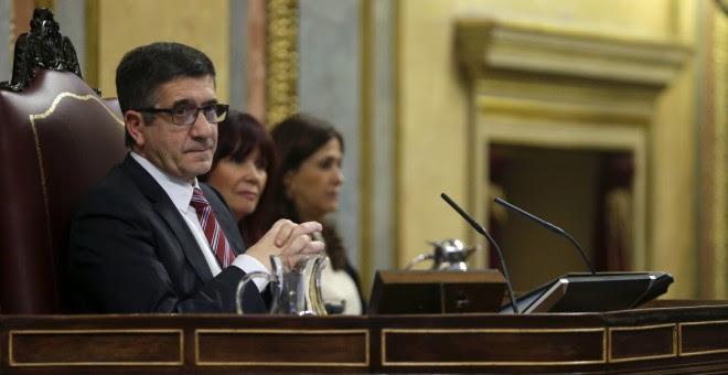 El presidente del Congreso, Patxi López, durante la primera jornada de la sesión de su investidura del líder del PSOE, Pedro Sánchez, esta tarde en el Congreso de los Diputados. EFE/Javier Lizón
