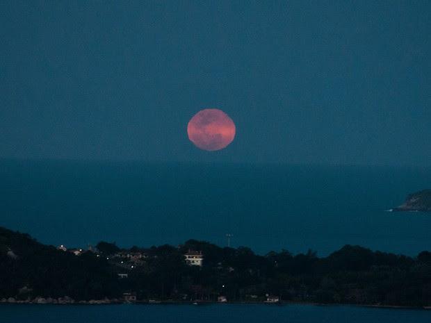 A lua azul vista da Lagoa da Conceição em Florianópolis nessa sexta-feira (31). (Foto: Cadu Rolim/Fotoarena/AE)