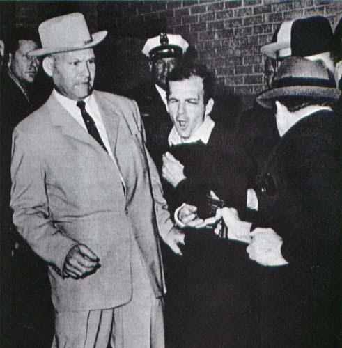 A imagem do lendário Lee Harvey Oswald ser baleado por Jack Ruby.  O evento foi transmitido ao vivo para milhões de telespectadores.