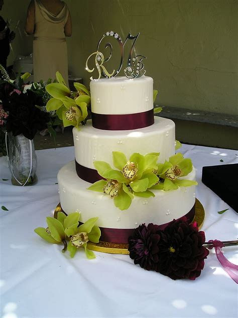 File:Wedding cake with green floral decoration, 2006
