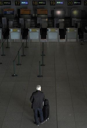 Aeroporto de Lisboa, vazio nesta quarta-feira (14) (Foto: AFP)
