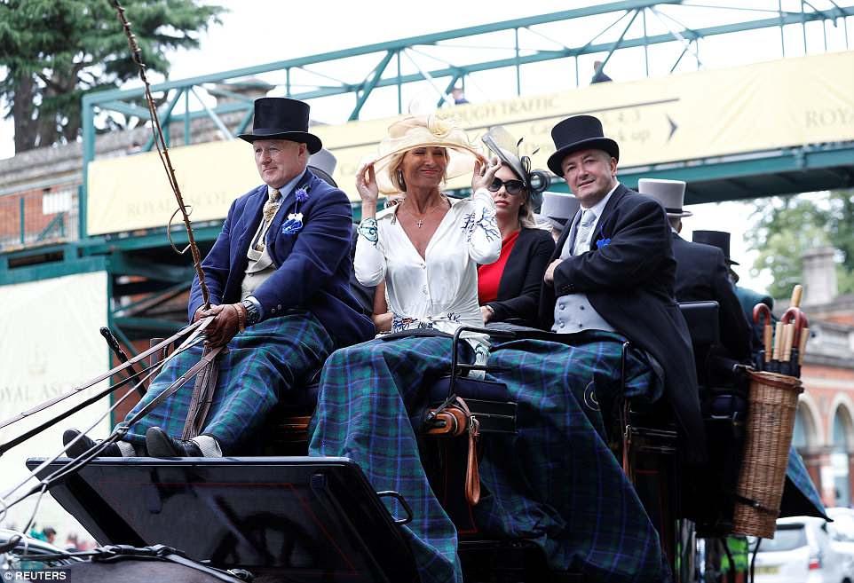 Uma mulher fez os ajustes finais em seu chapéu quando parou na carruagem puxada por cavalos