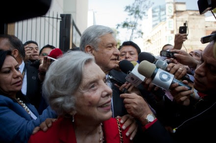 Poniatowska y Obrador en el Senado. Foto: Octavio Gómez