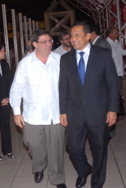 Ollanta Humala (D ), presidente electo de Perú llego a Cuba en la madrugada del martes cumpliendo una invitación del mandatario cubano Raúl Castro, a su llegada a el aeropuerto internacional José Marti fue recibido por Bruno Rodríguez Parrilla (I), ministro de Relaciones Exteriores de Cuba, en La Habana, el 19 de julio de 2011. AIN FOTO/Marcelino VAZQUEZ HERNANDEZ