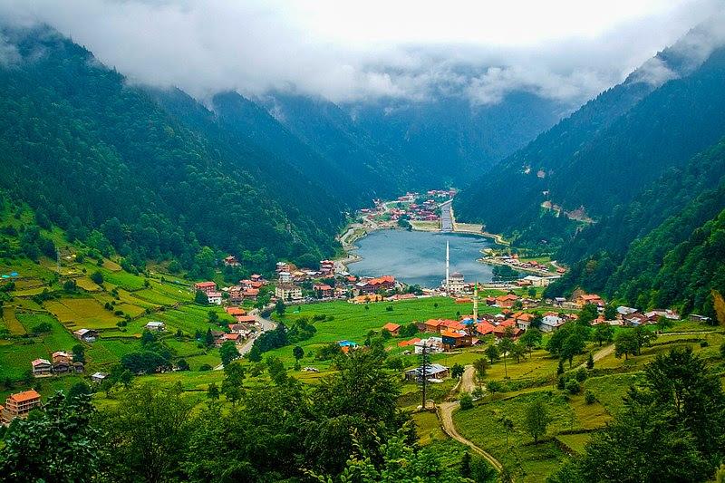 File:Uzungöl lake and town.jpg
