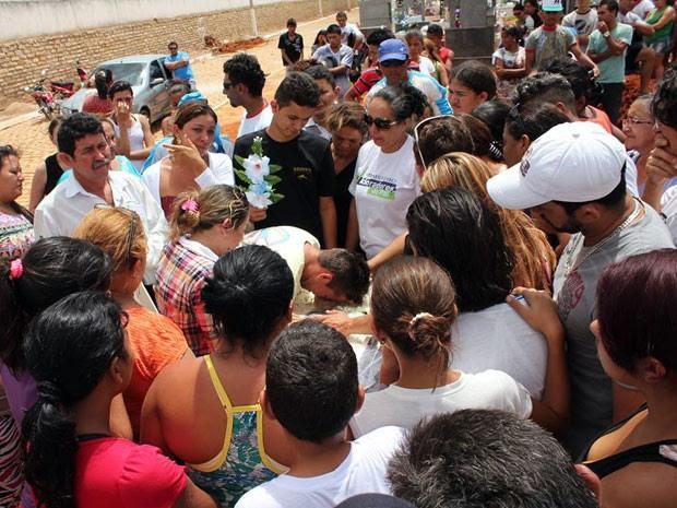 Centenas de pessoas acompanharam sepultamento de Leo Jackson nesta segunda (Foto: Marcelino Neto/G1)