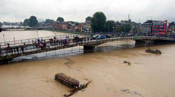 Apart from dredging the Jhelum, which would increase its carrying capacity, the state's flood control policy has little to offer. (Source: Express Photo by Shuaib Masoodi)