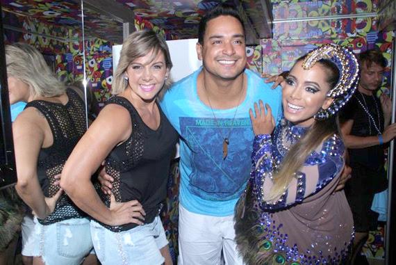 Antes de subir no trio, Anitta recebeu Xanddy e Carla Perez no camarim
