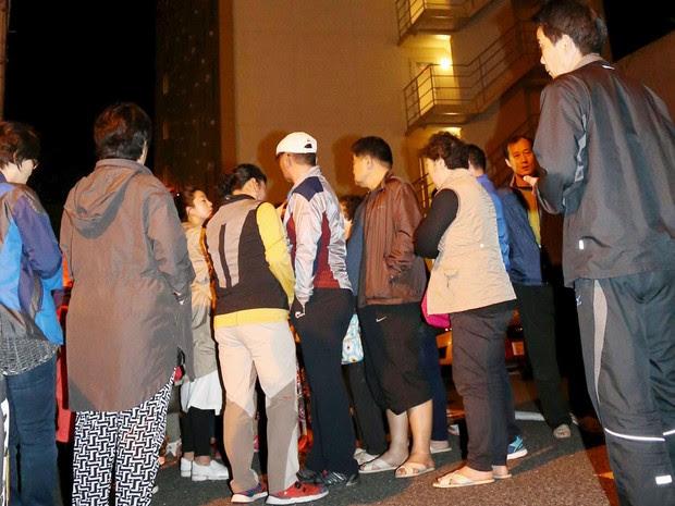 Por causa do terremoto, pessoas foram obrigadas a deixar hotel em Kumamoto, no sul do Japão, nesta quinta-feira (14) (Foto: Kyodo/ Reuters)