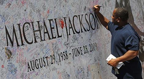 Un hombre deja su mensaje de despedida a Jacko. | AFP