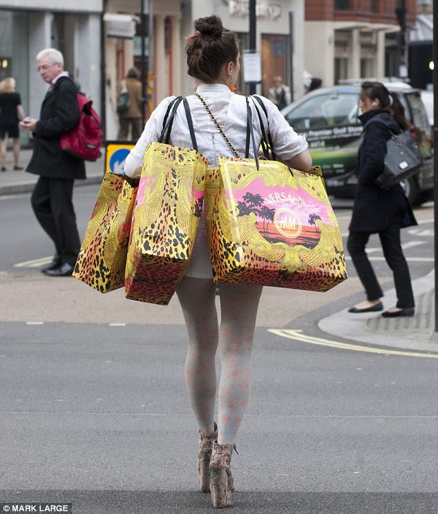 Compras fora: Um guarda-roupa todo novo Versace para este cliente