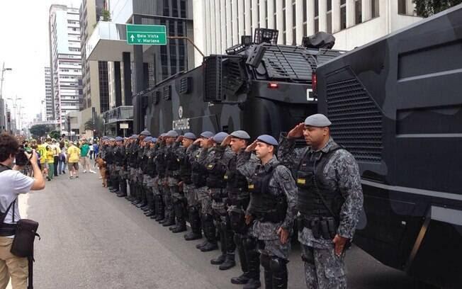 A Policia Militar de SP, através de seu Batalhão de Choque, presta homenagem a um policial morto em ação. Março de 2016, Avenida Paulista, São Paulo