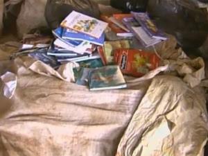 Livros abandonados em barracão