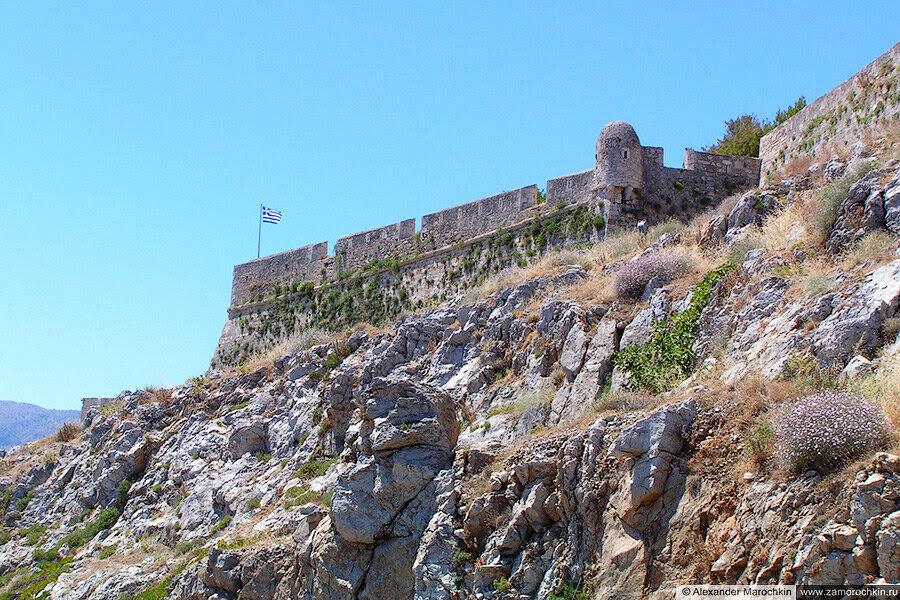 Греческий флаг на стене крепости в Ретимно