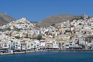 Η Ερμούπολη και η Άνω Σύρος από το λιμάνι του νησιού