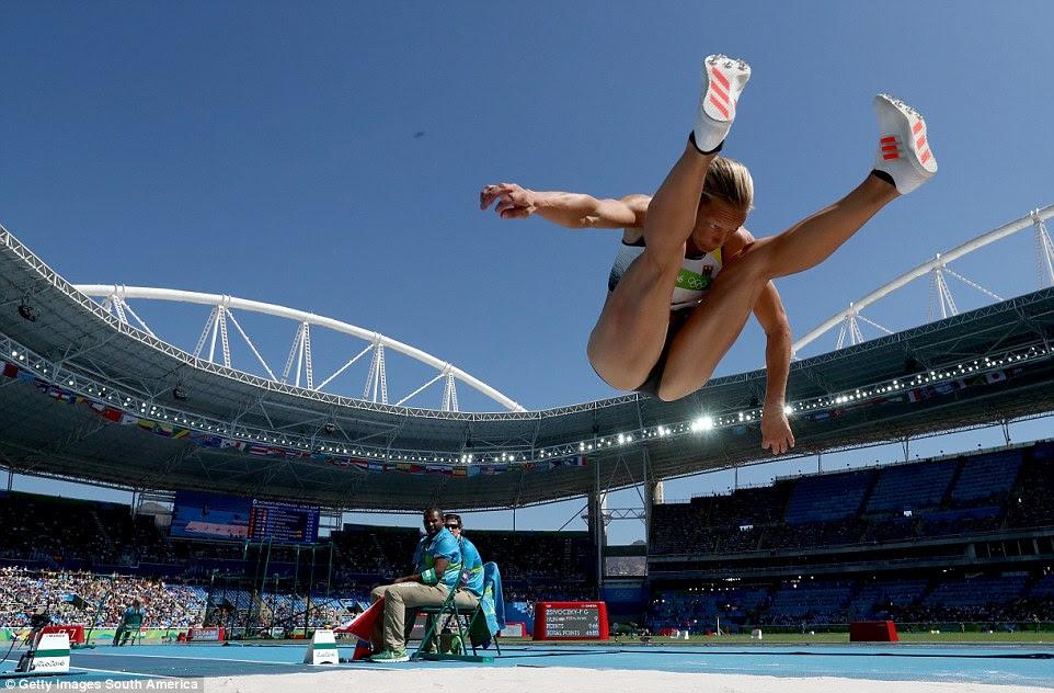 Jennifer Oeser da Alemanha voa através do ar a longo salto durante heptatlo do womne no Rio