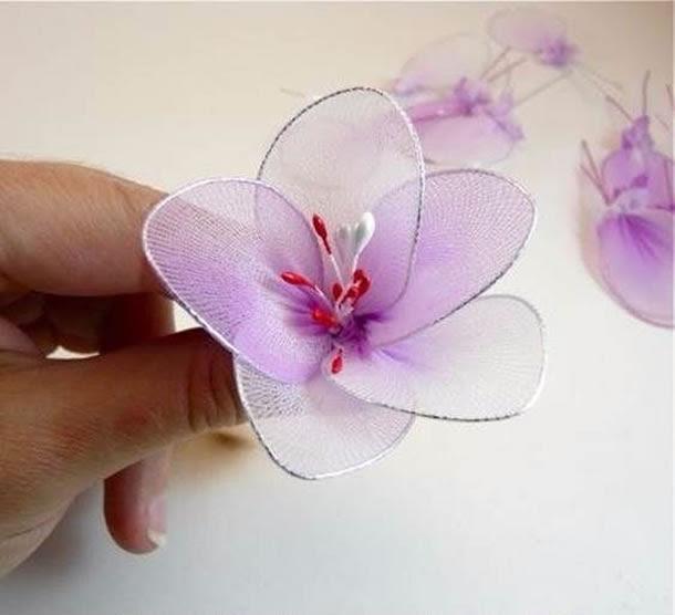 Com o artesanato meia de seda você pode criar os diversos artigos decorativos, como as flores com meia de seda.