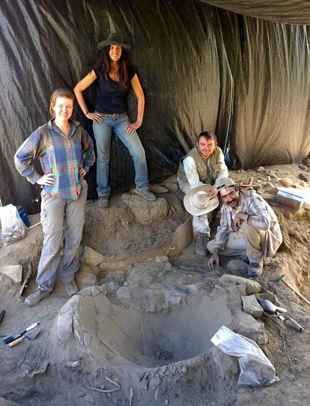 Arqueólogos del PADCA junto al nuevo descubrimiento.