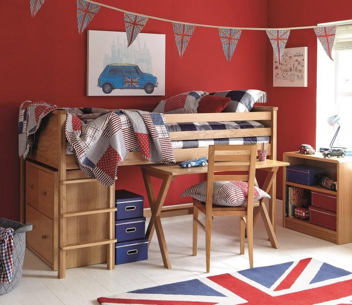 Christmas decorating ideas hallway ciupa biksemad for Boys red bedroom ideas