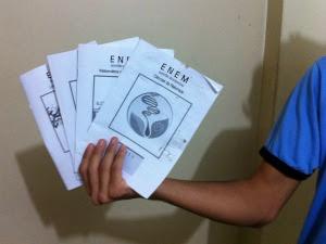 aluno do CE mostra livretos distribuídos por escola (Foto: Elias Bruno/ G1 CE)