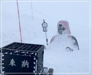 毎年の積雪量はお地蔵さんの露出量で決まるのよ