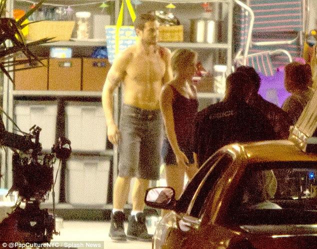 Ficando dramática: Scarlett foi visto concussão sua co-estrela hunky nas cenas, enquanto os do sexo feminino co-estrelas correu em torno da casa em um frenesi medo