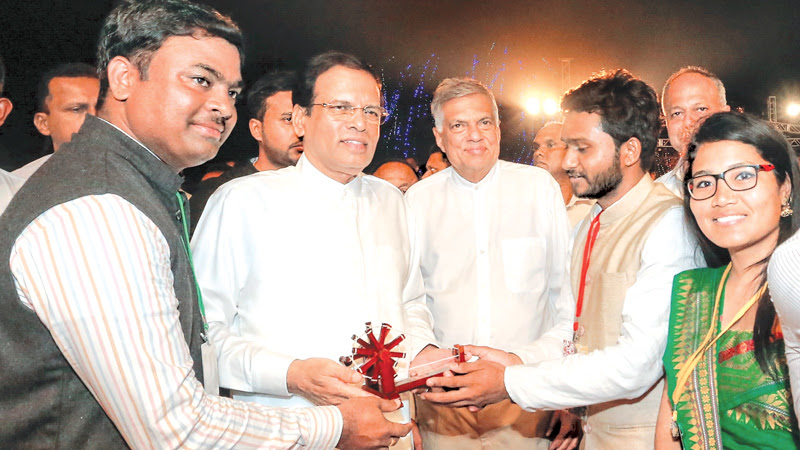 President Maithripala Sirisena and Prime Minister Ranil Wickremesinghe attended the closing ceremony of the 'Jathika Yowun Puraya 2018' held at Nikaweratiya, yesterday. Over 7,000 youth from across the Island and young leaders from foreign countries attended this event. Here the President presenting an award to a group of young participants from a foreign country. Picture courtesy President's Media Division