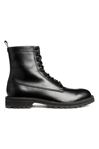 Chunky-soled boots Model