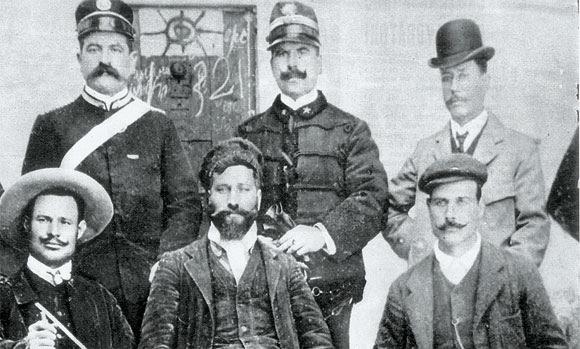 Alcuni esponenti delle forze dell'ordine dopo la cattura di Giuseppe Salomone (al centro), un brigante siciliano dei primi del Novecento