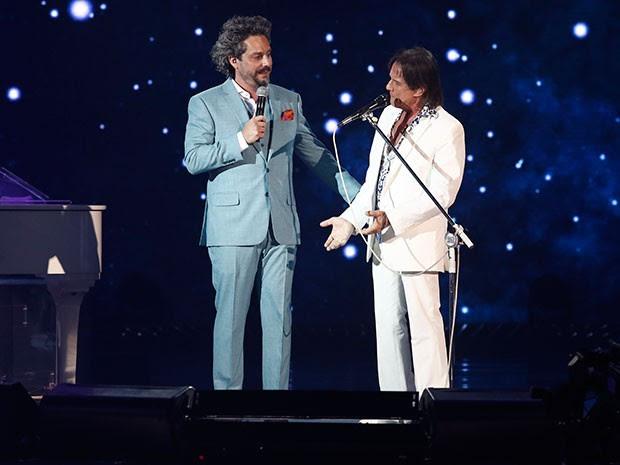 Alexandre Nero no palco com Roberto Carlos para gravação do Especial (Foto: Fábio Rocha/Gshow)