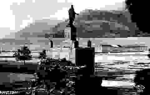 Το άγαλμα του άγγλου αρμοστή Maitland στο Αργοστόλι και η προτομή του στο Βαθύ της Ιθάκης.