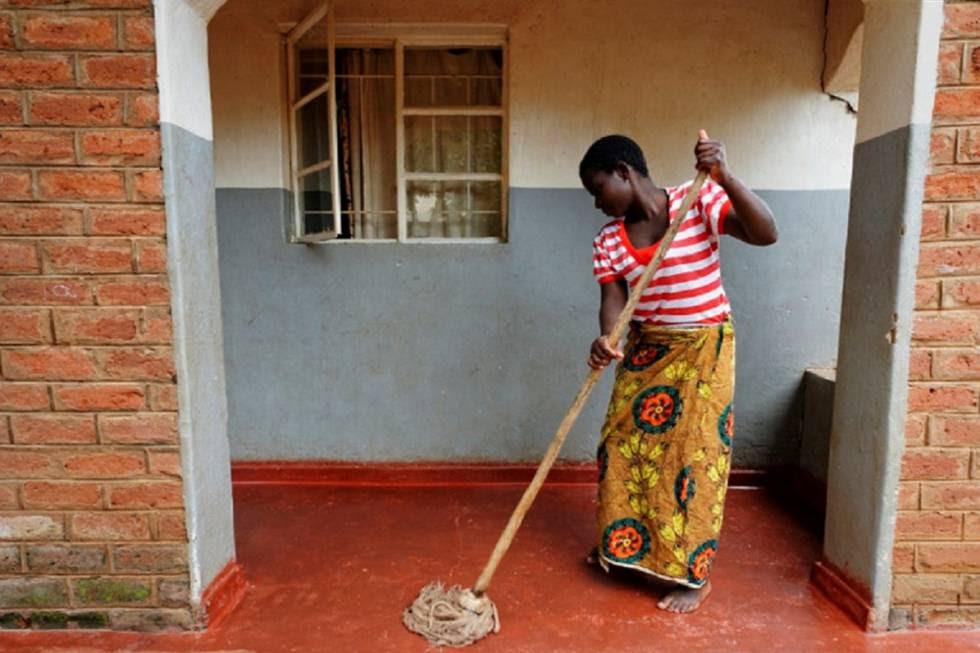 Pamela limpia el suelo de una casa en Lilongwe (Malaui).