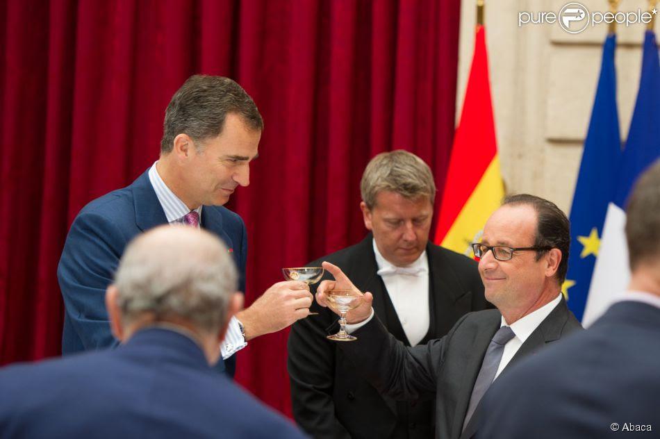 Le roi Felipe VI et la reine Letizia d'Espagne ont été reçus en audience et à déjeuner à l'Elysée par le président François Hollande, le 22 juillet 2014 à Paris, pour leur visite inaugurale en France.