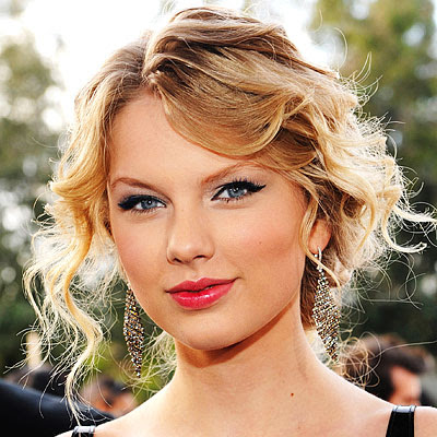 Taylor Swift seems to have it all….including a hot trendy makeup look!