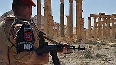 ατσάλινες κολώνες τοπίο και στοές του ρωμαϊκού αμφιθεάτρου, που χτίστηκε τον ΙΙ αιώνα π.Χ.  Αμφιθέατρο είναι σχεδόν δεν τραυματίστηκε μέχρι Παλμύρα ήταν υπό τον έλεγχο των μαχητών IG