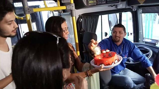 Festa surpresa foi realizada quando o motorista Ezequiel iniciava o expediente (Foto: Viação Fortaleza/Divulgação