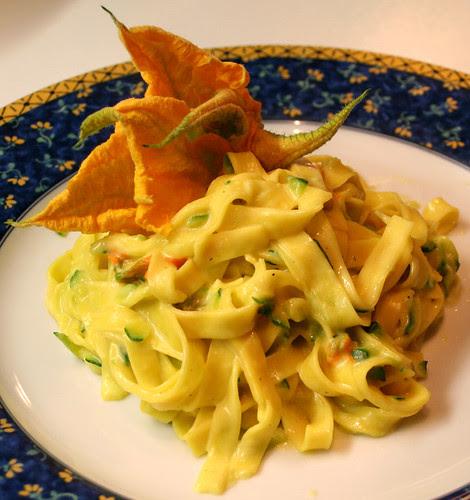Tagliatelle in salsa di zucchine e fiori di zucca