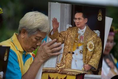 曼谷民众在泰王留医的医院外祈福颂祷。(法新社照片)