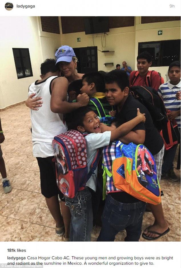 Aww: Sem dúvida, os meninos da Casa Hogar Cabo apreciado a visita como ela compartilhou uma foto de um abraço de grupo