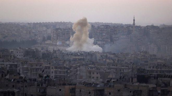 Дым на жилым кварталом в восточном Алеппол